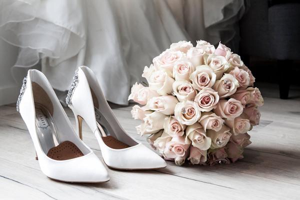2-novios-ramo-zapatos